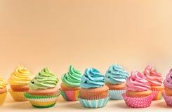 Petits gâteaux délicieux sur le fond Photo stock