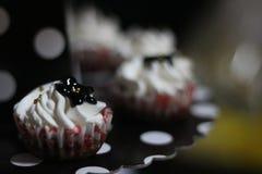 Petits gâteaux d'anniversaire images stock