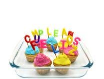 Petits gâteaux d'anniversaire avec le joyeux anniversaire de bougies Photos libres de droits