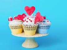 Petits gâteaux d'anniversaire d'un plat de portion Images stock