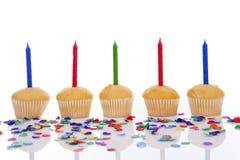 Petits gâteaux d'anniversaire dans une rangée Image stock