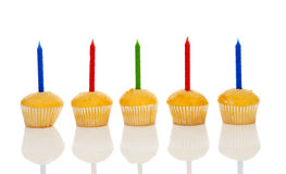 Petits gâteaux d'anniversaire dans une rangée Images stock