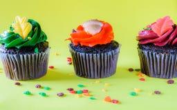 Petits gâteaux d'isolement de chocolat sur le fond jaune Photos libres de droits