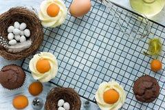Petits gâteaux d'oeufs au plat de Pâques Image stock