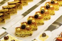 Petits gâteaux dans une boutique de pâtisserie photographie stock