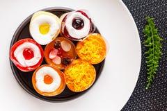Petits gâteaux de beurre délicieux dans le plat blanc Photographie stock