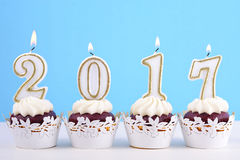 Petits gâteaux de bonne année avec 2017 bougies Image stock
