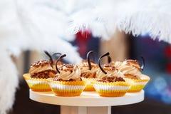 Petits gâteaux de caramel de chocolat sur la table photo libre de droits