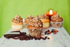 Groupe de petits gâteaux sur le fond vert Photographie stock libre de droits