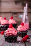 Petits gâteaux de chocolat avec de la crème rose, des coeurs de sucre et des framboises fraîches pour Valentine Day photos libres de droits