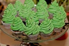 Petits gâteaux de chocolat avec de la crème verte sur le plateau images libres de droits