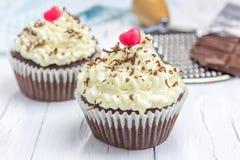 Petits gâteaux de chocolat avec le givrage de fromage de ricotta image libre de droits