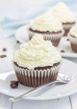 Petits gâteaux de chocolat avec le givrage de fromage de ricotta photographie stock libre de droits