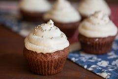 Petits gâteaux de chocolat avec le givrage de fromage fondu Photographie stock libre de droits