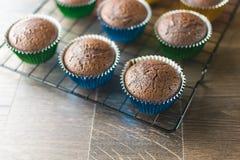Petits gâteaux de chocolat en emballages déjoués colorés images stock