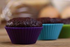 Petits gâteaux de chocolat sur la table Photo stock