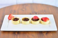 Petits gâteaux de chocolat sur la table en bois Photo stock