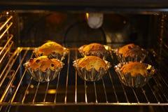 Petits gâteaux de cuisson avec des raisins secs Photographie stock libre de droits
