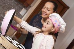 Petits gâteaux de cuisson avec la maman Photos libres de droits