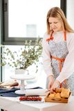 Petits gâteaux de cuisson en cours Scène de préparer des petits gâteaux pour le remplissage de baie Photos stock