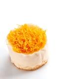 Petits gâteaux de fil de jaune d'oeuf d'or sur le fond blanc Images libres de droits