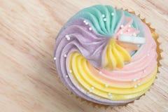 Petits gâteaux de fromage fondu de Colorfull en Tray On Wooden Table image stock