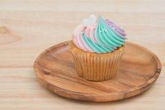 Petits gâteaux de fromage fondu de Colorfull en Tray On Wooden Table image libre de droits
