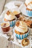 Petits gâteaux de gâteau à la carotte avec le givrage de crème de beurre Photographie stock libre de droits