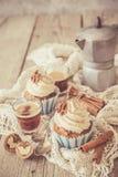 Petits gâteaux de gâteau à la carotte avec le givrage de crème de beurre Photos stock