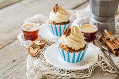 Petits gâteaux de gâteau à la carotte avec le givrage de crème de beurre Photo stock