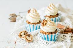 Petits gâteaux de gâteau à la carotte avec le givrage de crème de beurre Image libre de droits