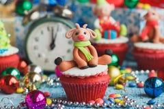 Petits gâteaux de Noël avec les décorations colorées images stock