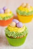 Petits gâteaux de Pâques décorés des oeufs dans le nid Photo stock
