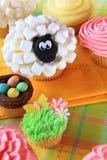 Petits gâteaux de Pâques et oeufs de pâques Photos stock