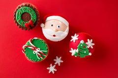 Petits gâteaux de thème de Noël dans des couleurs vertes rouges traditionnelles Image stock