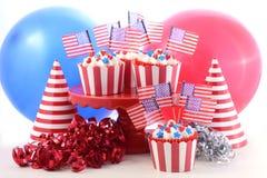 Petits gâteaux de thème des Etats-Unis dans une scène de partie Photos libres de droits