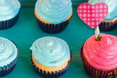 Petits gâteaux de vanille avec de la crème de framboise pour le jour du ` s de Valentine Images libres de droits