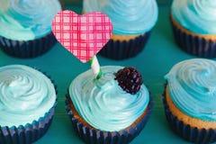 Petits gâteaux de vanille avec de la crème en bon état pour le jour du ` s de Valentine Photos stock