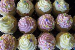 Petits gâteaux de vanille complétés avec le buttercream Photographie stock libre de droits