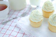 Petits gâteaux de vanille se givrant avec de la crème de beurre Image libre de droits