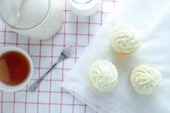 Petits gâteaux de vanille se givrant avec de la crème de beurre Photos libres de droits
