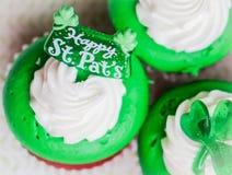 Petits gâteaux de velours du jour de StPatrick Photo stock