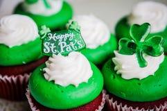 Petits gâteaux de velours du jour de StPatrick Photographie stock