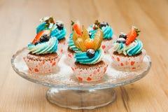 Petits gâteaux doux d'anniversaire avec le fromage de baie et fondu Photos libres de droits