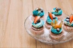 Petits gâteaux doux d'anniversaire avec le fromage de baie et fondu Image stock