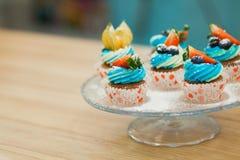 Petits gâteaux doux d'anniversaire avec le fromage de baie et fondu Photo libre de droits