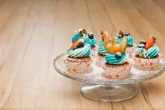 Petits gâteaux doux d'anniversaire avec le fromage de baie et fondu Images libres de droits