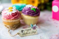Petits gâteaux du jour de mère avec l'étiquette Images stock