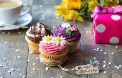 Petits gâteaux du jour de mère avec l'étiquette Image libre de droits
