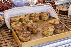 Petits gâteaux entiers de coeurs Image stock